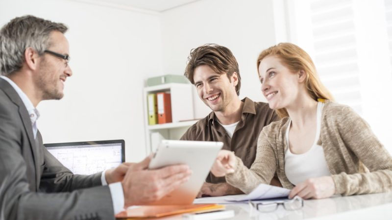 Should You Hire a Real Estate Agent or Sell Your House on Your Own?
