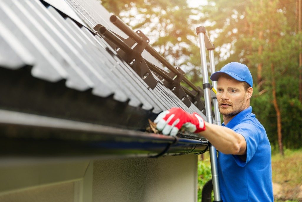 cleaning roof gutter